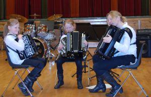 Gruppa 2M(M) bestående av Mari Augestad Smith (t.v.), Marte Leth-Olsen (midten) og som gjestemedlem Hanne Augestad Smith (t.h.) fikk det til å svinge skikkelig med både vals og reinlender.